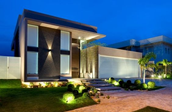Casa moderna com uso de iluminação na fachada