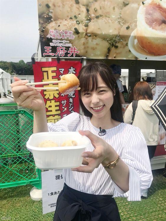 こちらに食べ物を向ける山本萩子アナ