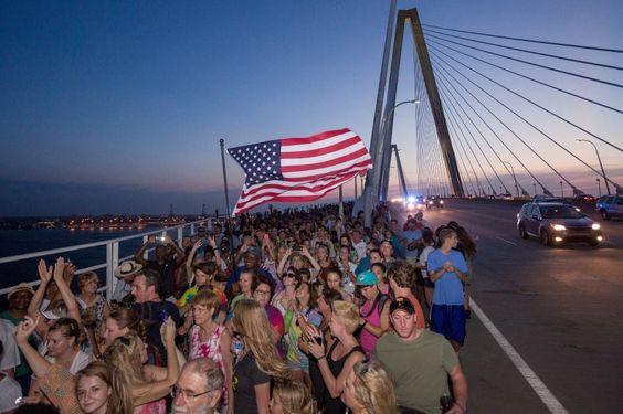 Als Zeichen der Solidarität mit der Kirche und den vom Attentat betroffenen Familien haben sich Tausende Menschen auf der Arthur Ravenel Bridge versammelt, die Charleston und Mount Pleasant verbindet.