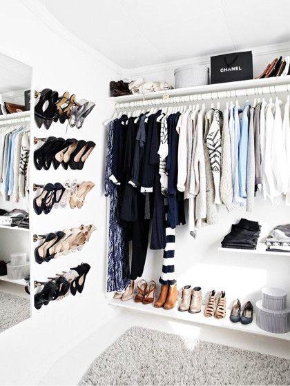 """Er ist der Traum jeder Frau: Nein, wir meinen nicht Hottie Elyas M'Barek, sondern einenbegehbaren Kleiderschrank! Denn spätestens seit dem90er-Kultfilm """"Clueless"""" wünscht sich dochjede von unseinCloset wie dasvon Cher Horowitz, stimmt's. Okay, ganz so fancy muss es nicht sein: Wir zeigen dir die zehn besten Ideen, wie du deinen begehbaren Kleiderschrank (realistisch) einrichten kannst.1.Think outside the boxLass deiner Kreati..."""