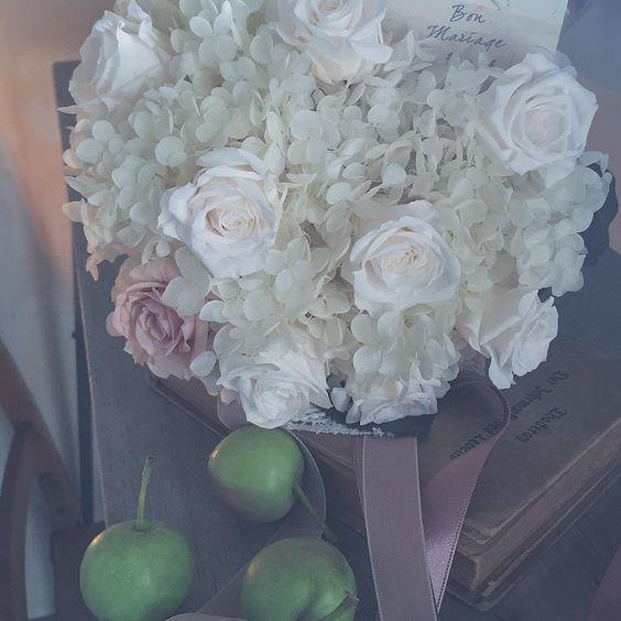 9月一週目にお式を挙げられる花嫁さまに、先にお渡しするプリザーブドFのブーケ…*ドレスと同色の生成色の薔薇とアナベル、オリーブ色のリーフとティーローズを束ねました*
