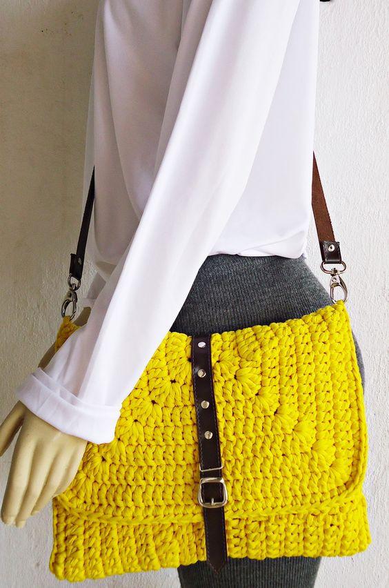 Bolsa de crochê confeccionada artesanalmente com Fio de Malha, 100% Resíduos Têxteis. Forrada com tecido 100% algodão. Costura reforçada. Alça transversl em korino. <br>PEÇA EXCLUSIVA SÓCROCHÊ. DESIGNER Gladys Carneiro.: