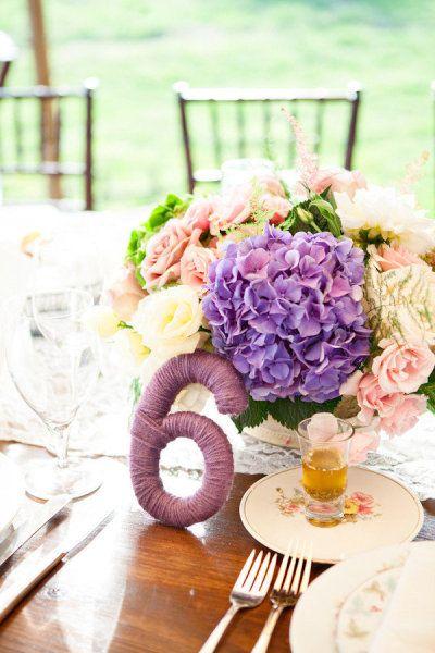 meseros y hortensias para una boda en colores morados