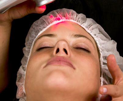 La Limpieza Facial Profunda que Vidya Spa te ofrece busca mejorar el aspecto de la piel, corregir la dilatación de los poros, reduce las líneas de expresión y manchas, elimina los puntos negros, comedones y otras impurezas, además aclara la piel.  Trabajamos con láser frió que trabaja en la mitocondria de la célula haciendo que las nuevas células se regeneren, además contamos con una serie de mascarillas que harán de este tratamiento uno de tus preferidos.  http://www.vidyaspa.com/