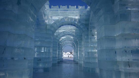 Baustoffe aus der Region: Auch das Eis dieses Kunstwerks entstammt dem nahegelegenen Songhua-Fluss, aus dem die vielen Künstler riesige Eisblöcke heraussägen: