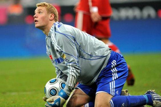 Manuel Neuer im Trikot des FC Schalke 04 im Spiel gegen Bayern ...