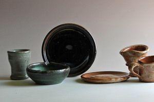 esmaltes típicos de gres: Tenmoku, el vítreo de color marrón-negro;  Shino, que…