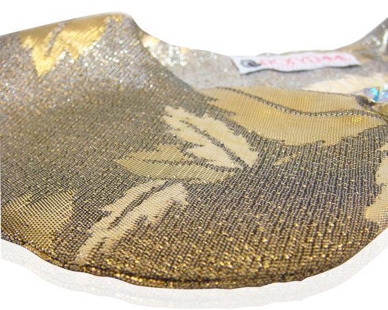 Colletto oro, in broccato di seta con bottone gioiello. 70 % seta, 30% poliamide.