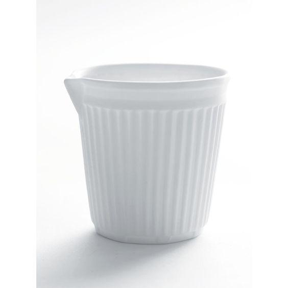 Cet adorable petit pot à lait imite son homologue en plastique. Ecologique et originale, il apportera une petite touche design lors du café. H: 6.2 cm. D: 6 cm. Editions Serax. 5,99 € http://www.lafolleadresse.com/ceramique-epuree/1705-pot-a-lait-en-porcelaine-imitation-gobelet.html