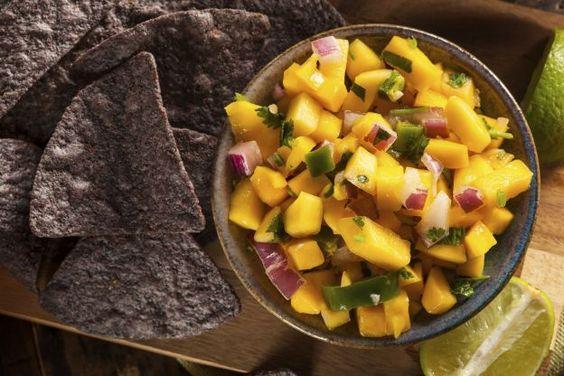 Salsa de mangues C'est un grand classique que l'on aime servir en été. Elle se marie particulièrement bien avec les plats mexicains ou tex mex. On la prépare en mélangeant des dés de tomates avec des dés de mangue, de l'oignon rouge et de la coriandre ciselés. On l'assaisonne avec de l'huile d'olive, du sel et du jus de citron vert. Vous pouvez ajouter aussi une pointe de piment ou de tabasco. C'est divin avec un poisson grillé ou cuit à la vapeur.