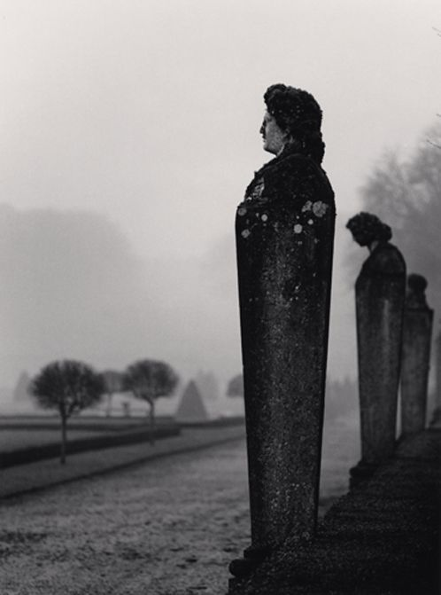«Michael Kenna: Statuary, Vaux-le-Vicomte, France (1988)».: