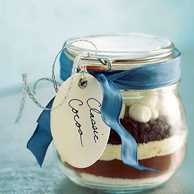 Des petits bocaux de préparation pour chocolat chaud.