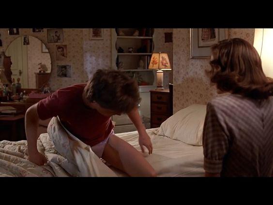 En la película tres al levantarse de la cama en la granja de sus tatarabuelos lo primero que hace Marty es fijarse si tiene los pantalones puestos, recordando la escena similar en la película 1 cuando Lorraine le quita sus pantalones.