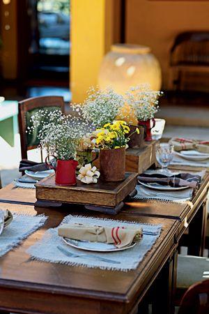 Objetos inusitados também são ótimos para fazer arranjos de flores. Mesmo que eles sejam simples, em canecas de ferro, como os da Pousada Roccaporena, o resultado é lindo.
