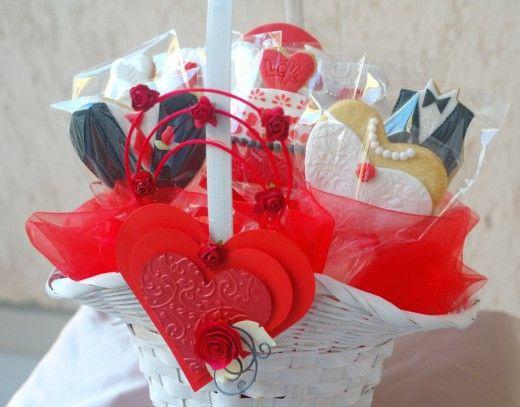 Koszyczek pełen słodkości na prezent ślubny