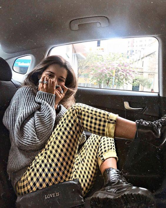outfits con pantalón a cuadros amarillo