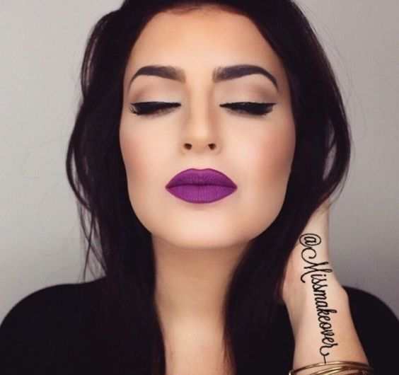 Make Up con labial color morado matte.