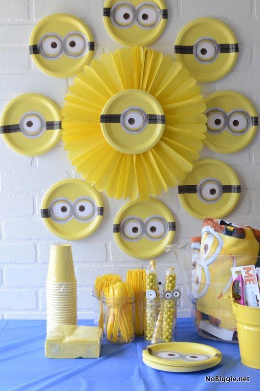 Decoracion con platos amarillos y plantillas de anteojos de Munions, sencillo y decorativo. #FiestaMinions