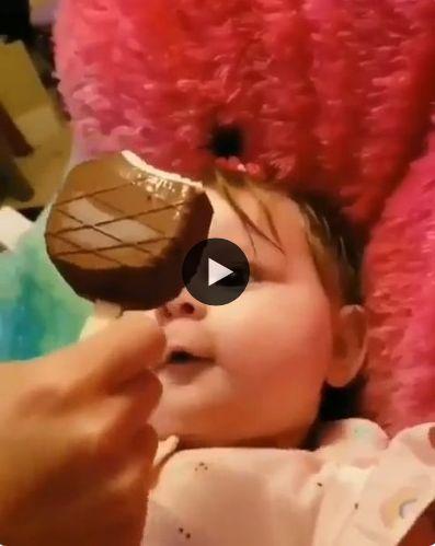 Bebê está muito animado para provar o sorvete