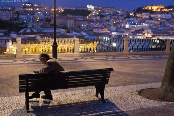 Raimund (Jeremy Irons) lernt Lissabon langsam näher kennen  © 2013 Sam Emerson / Concorde Filmverleih