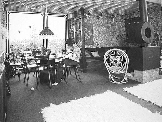 Habiflex, 1976. Man beachte: Flokati-Teppich, Kamin, Wände aus Waschbeton, Beton-Kassettendecke