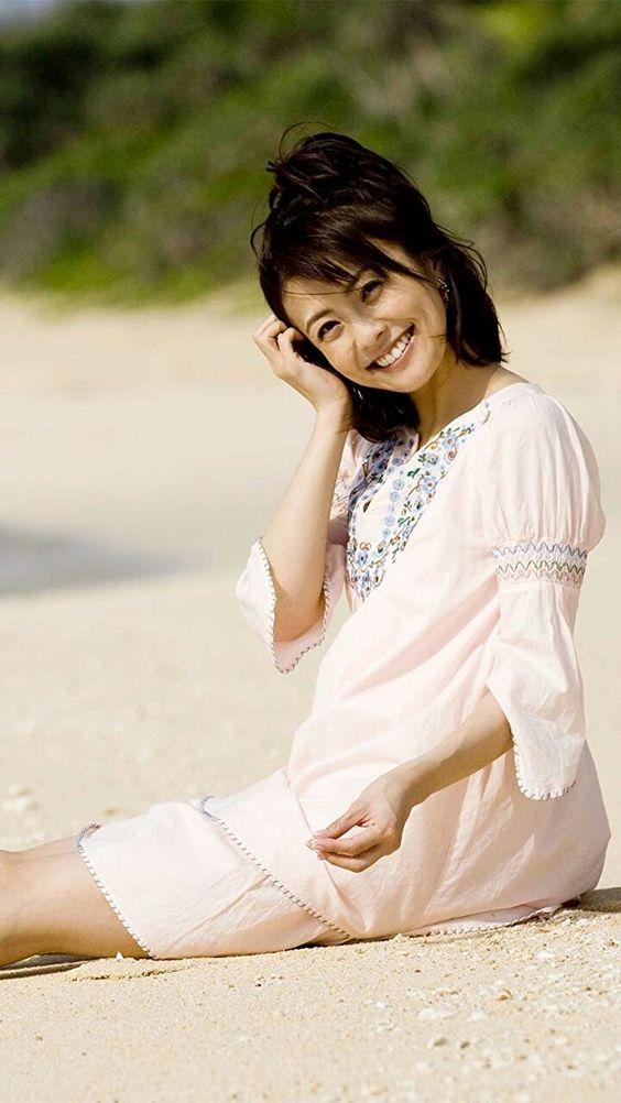 浜辺に座っている小林麻耶