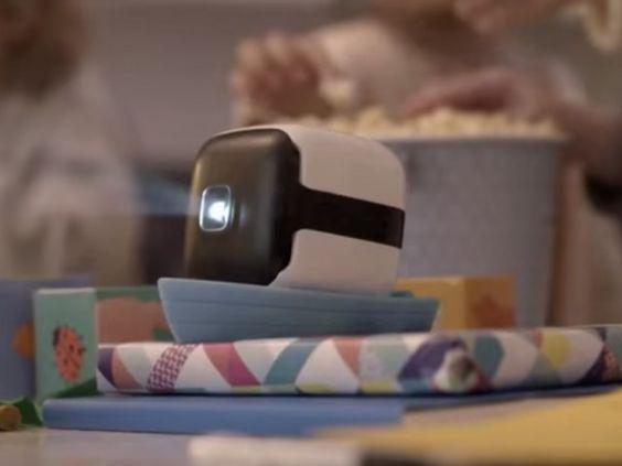 スクリーンいらずでラクラク動画鑑賞!新型プロジェクター「CINEMOOD」はコンテンツ付き | Techable(テッカブル)