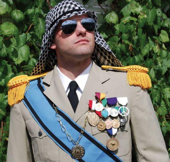 Sa majesté le Roi Montague 1er du Royaume de Calsahara, « Duc de Chutney, comte de Monte Christo, Baron de Biscuit, prétendant au trône d'Angleterre, Grand Chevalier Commandeur de l'Ordre Royal du Cœur du désert » et autres titres.