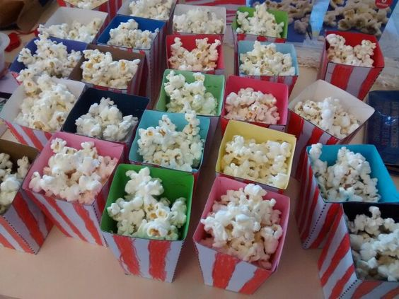 Cuencos con palomitas para ir al cine