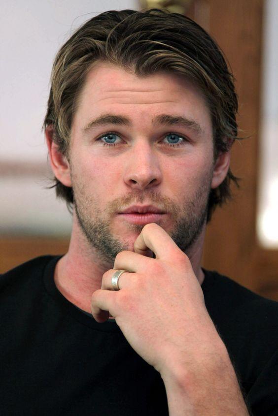 hombre rubio con ojos azules y mano en su cara