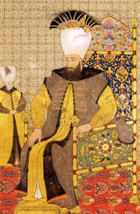 """Sultan Ahmet III. (reg. 1703-1730) Sultan Ahmet III. trägt ein vollkommen golddurchwirktes Gewand aus """"seraser""""-Stoff, einen Goldgürtel mit Prunkdolch, darüber den Staatspelz sowie einen hohen Turban mit prächtig geschmückten Agraffen und drei Büscheln von dunklen Reiherfedern."""