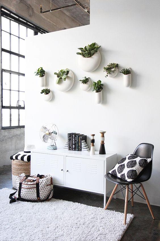 Happy, colorful apartment in black and white / Departamento alegre y moderno en blanco y negro // casahaus.net:
