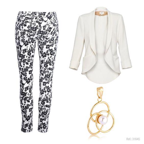 Calça full print com estampa monocromática e blazer branco estiloso.  Pingente Ronnelly com pérola.  #white #branco #black #print #ronnelly
