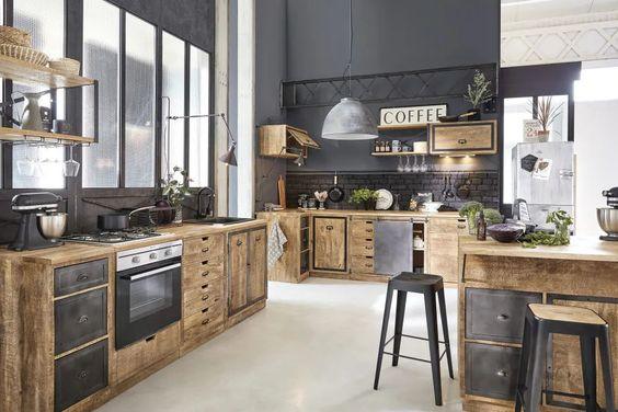 Disponible chez Maisons du Monde, ce modèle de cuisine mélange bois brut, placards et tiroirs en acier noir. Un effet industriel réussi