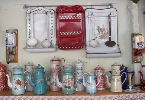 Un angolo di allegria in cucina con vecchie caffettiere francesi e portamestoli smaltati