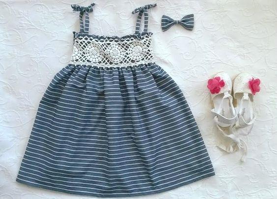 Vestido de elásticos azul marinho com risquinhas brancas e bordado branco - Blue elastic dress with white stripes and borderie