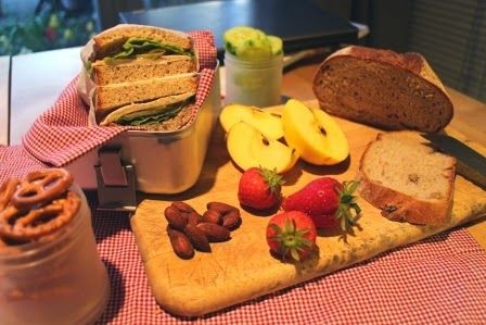 Berlin Brotbox: Box 20Walnussbrot mit Gelbwurst, süßem Senf, Gürk...