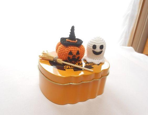 <ハンドメイドハロウィン2014>コットン糸で手編みしたハロウィン飾りです。ウィッチ帽子をかぶったジャックオーランタンとウィッチ箒、ゴーストがにっこり笑顔で楽...|ハンドメイド、手作り、手仕事品の通販・販売・購入ならCreema。