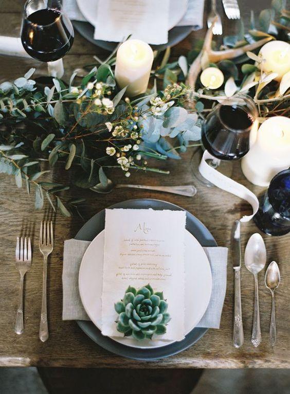 Que graça com umas velas em formato de suculentas no meio dos arranjos da mesa.: