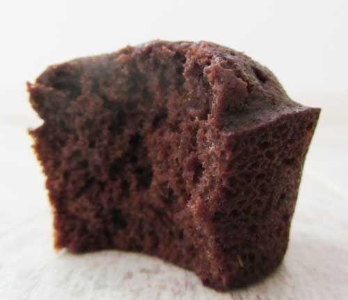 Chocolademuffins van kokosmeel, alleen heb ik ze niet in muffin maar in taartvorm (springvorm) gemaakt. Daarna laagje extra pure chocola smelten en eroverheen gieten: jummie!