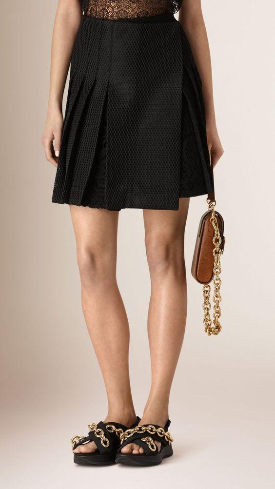 Minifalda envolvente de encaje con pliegues