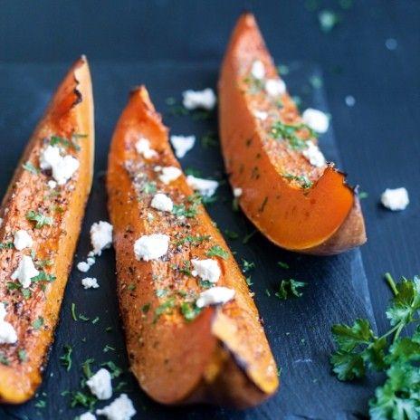Яркое и вкусное осеннее блюдо сочетает в себе сладость тыквы и меда и соленые нотки брынзы.