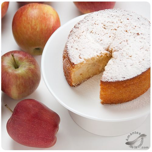 Este bizcocho de manzana es uno de los que siempre hacemos en casa. Es muy fácil y rápido de preparar y como nunca faltan las manzanas en nuestra cesta de frutas, lo preparamos en un momentito. Hoy...