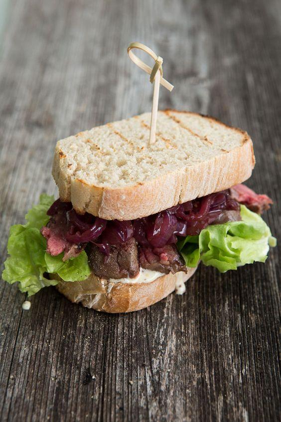 Steak-Baguette mit Portwein-Zwiebeln und Dijonsenf-Mayonnaise | HighFoodality - Rezepte mit Bild