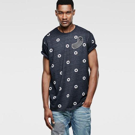 Tricoté en jersey lisse à l'effet chiné subtil, ce t-shirt à manches courtes affiche un imprimé ludique à pois et une couture à l'épaule scellée.