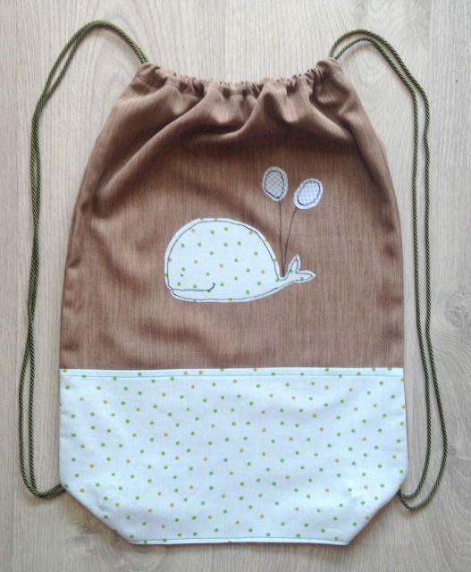 Zainetto da spalla per mamme e bambini con una balena porta fortuna,  personalizzabile, base in cotone little dots- school