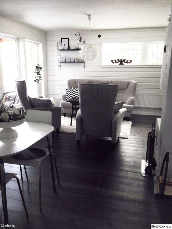 Fönster fönster vardagsrum : vardagsrum,soffa,fÃ¥tölj,fÃ¥töljer,trägolv,panel,träpanel,timmer ...