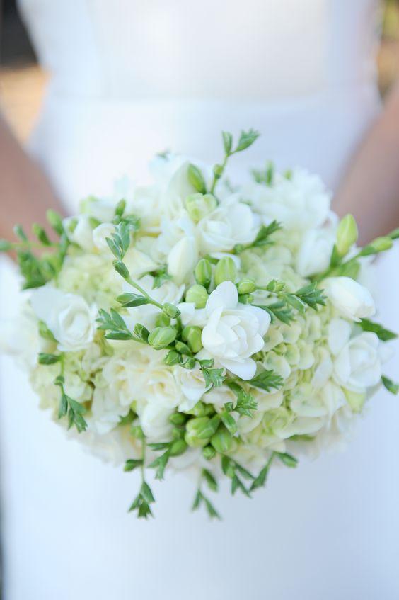 Centre de table chateau haut barrail hortensias blanc et for Bouquet de fleurs vert et blanc
