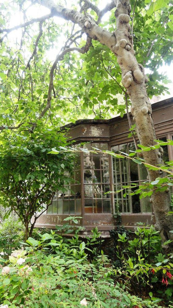 Square Denys-Bühler  147, rue de Grenelle Paris 75007. Plus pour l'incroyable calme que pour la beauté de l'endroit...