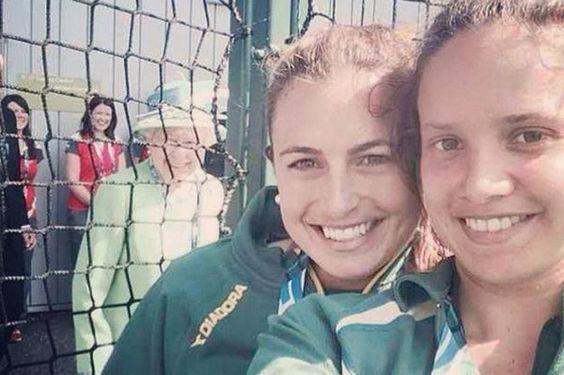 La reine se retrouve sur un «selfie» et remporte un vif succès